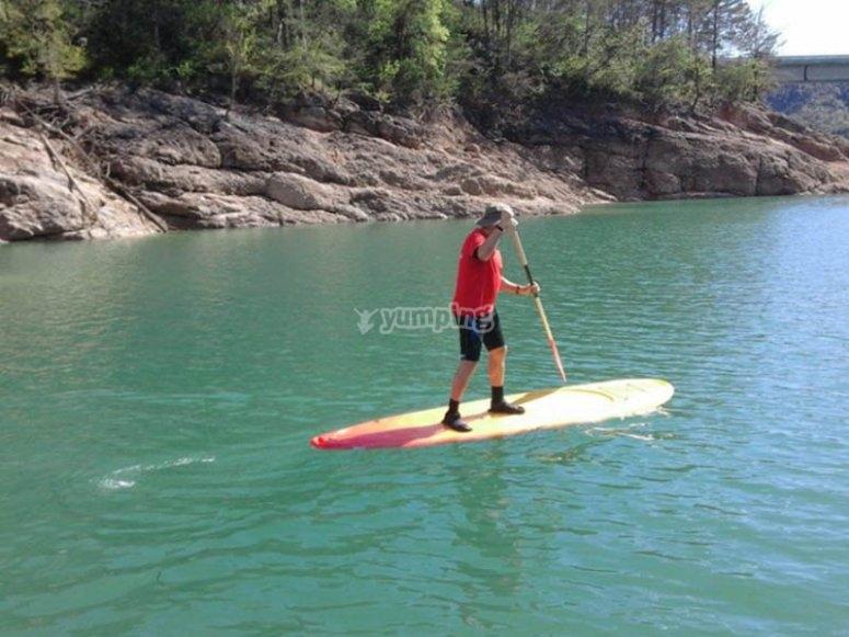 Remando en paddle surf