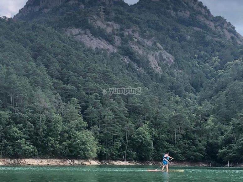 享受奥尔文在桨冲浪中的环境