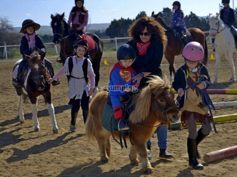Peque disfrazado sobre el pony