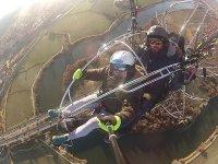 从天上在托莱多飞动力伞