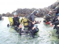 潜水员检查它们在水中的设备