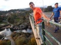 Agarrado a la barandilla del puente