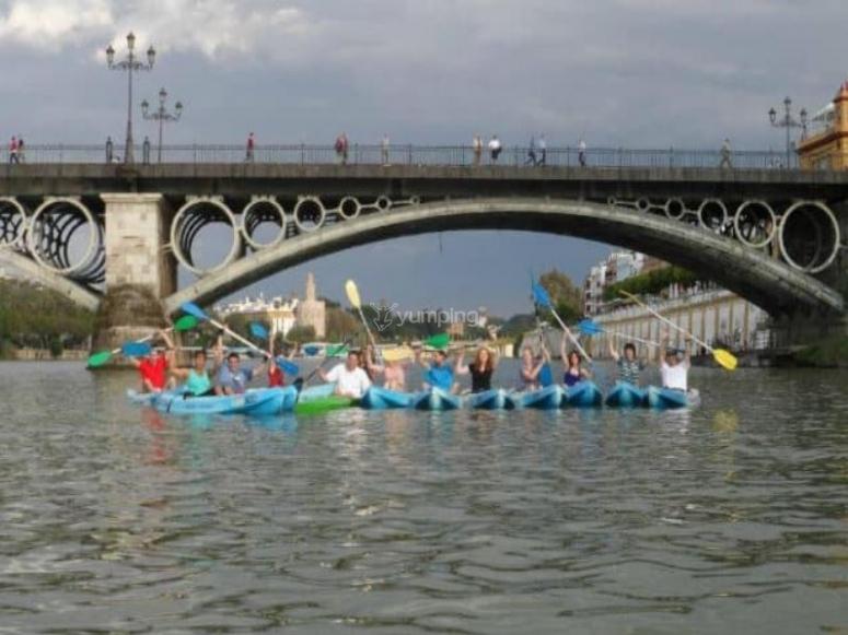 Foto de grupo bajo el puente de Triana en los kayaks