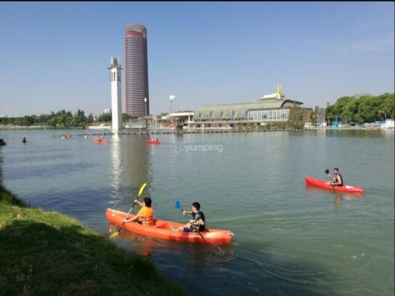 Remando por el rio Guadalquivir