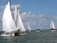 在海上享受帆船赛2艘帆船