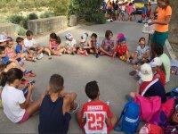 Sentados en circulo en el campamento