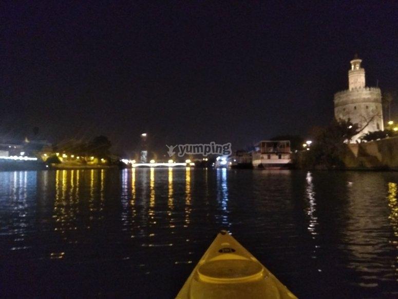 In canoa davanti alla Torre del Oro