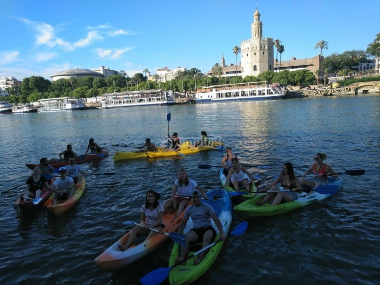 Frente a la Torre del Oro en las canoas
