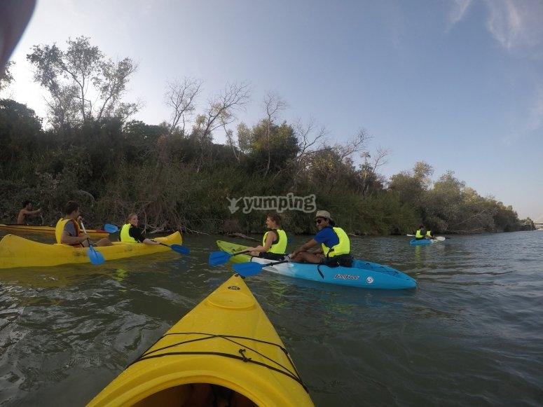 Junto a la orilla con los kayaks