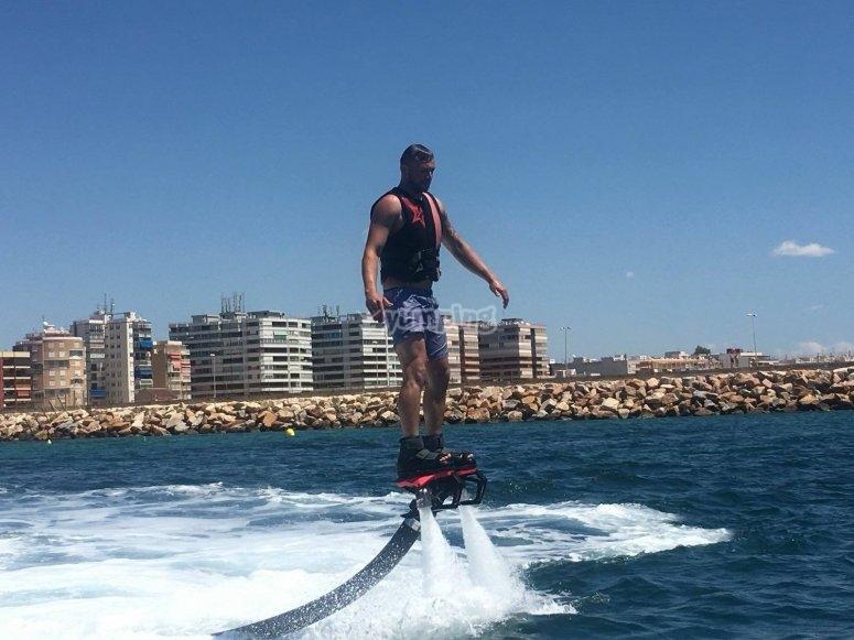 Con el flyboard en la costa de Torrevieja