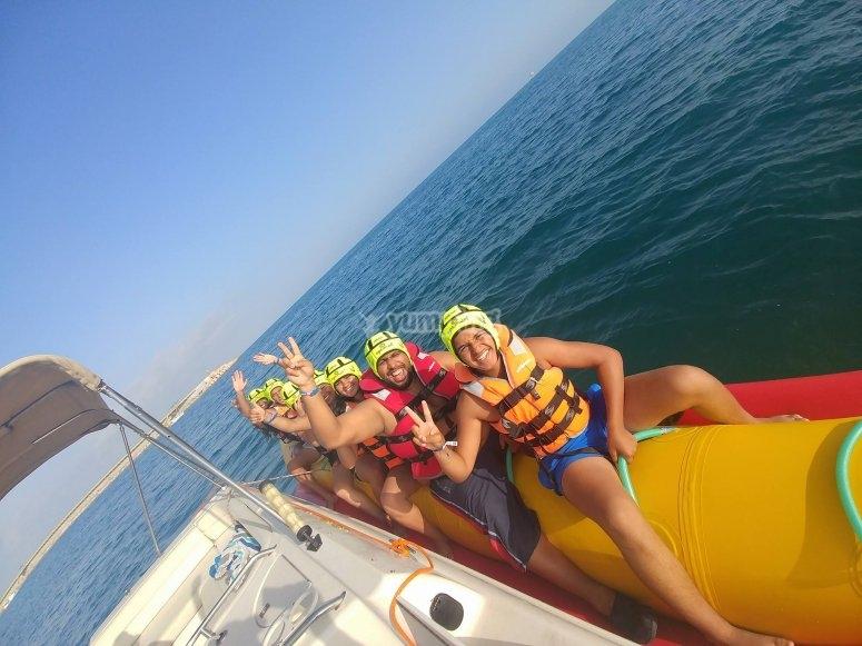 Caricato sulla banana accanto alla barca