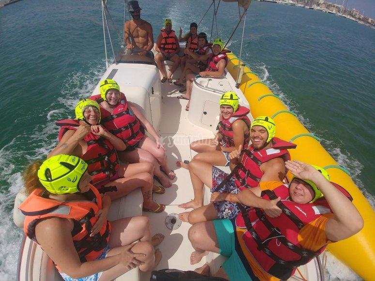 Nella barca in attesa di salire sulla banana