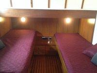 camarote con camas moradas en un barco
