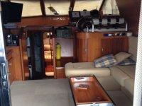 cabina con televisione di una barca a motore