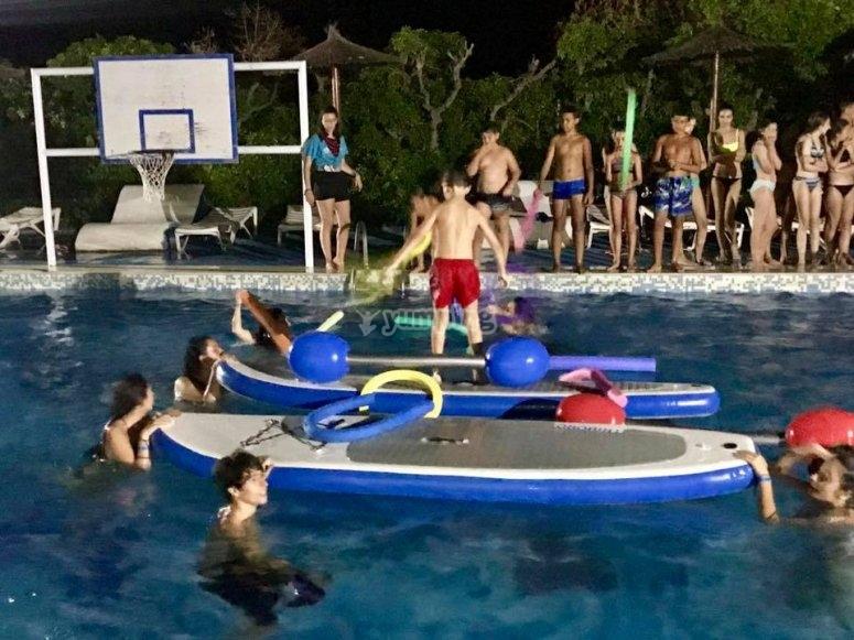 Juegos nocturnos en la piscina