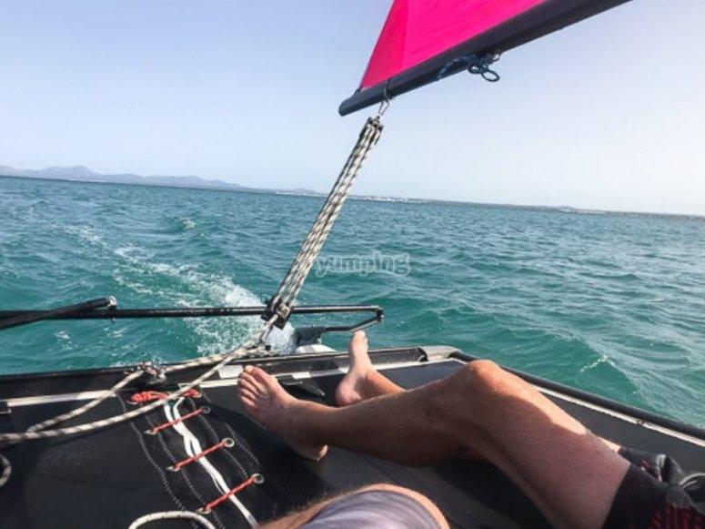 Tomando el sol en el catamarán