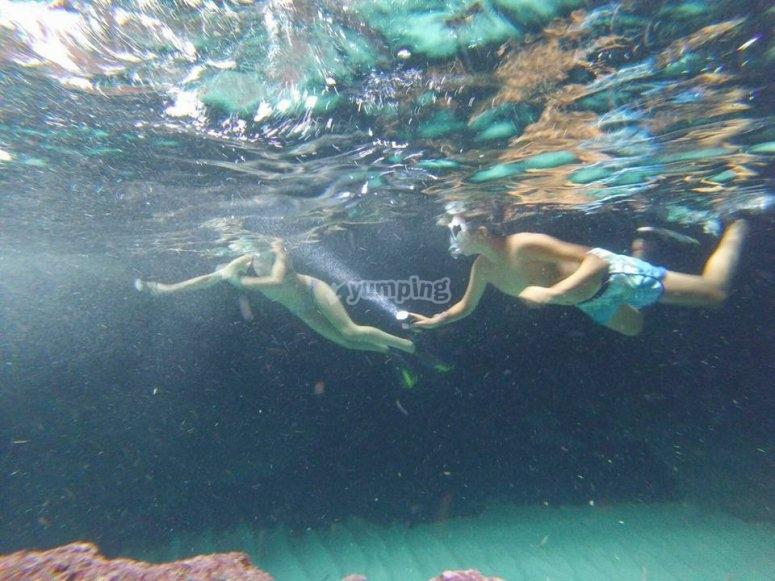 练习浮潜的年轻人