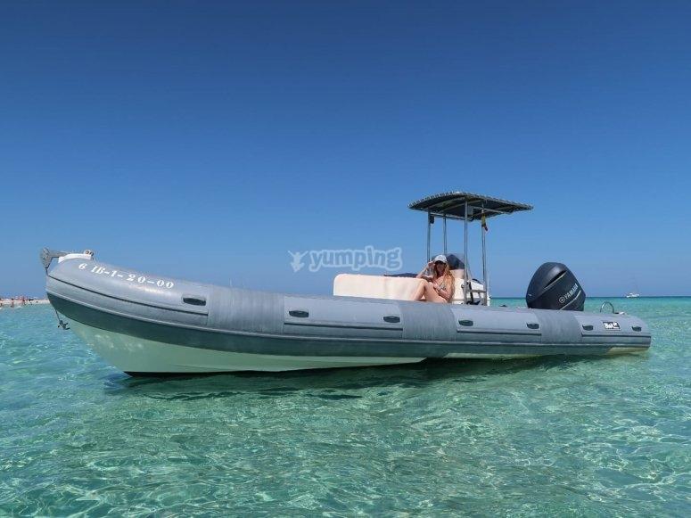 通过福门特拉岛游览的船
