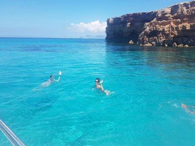 福门特拉岛的儿童乘船游览和浮潜