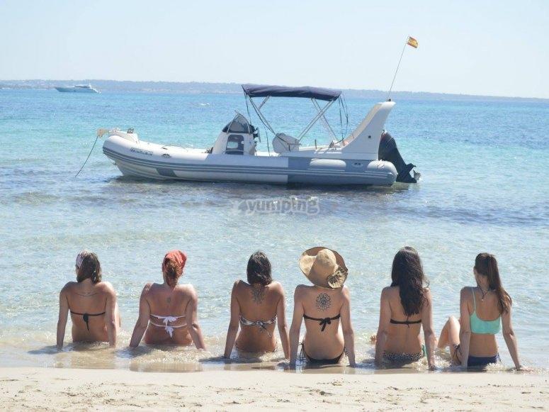 在船前的岸上晒日光浴