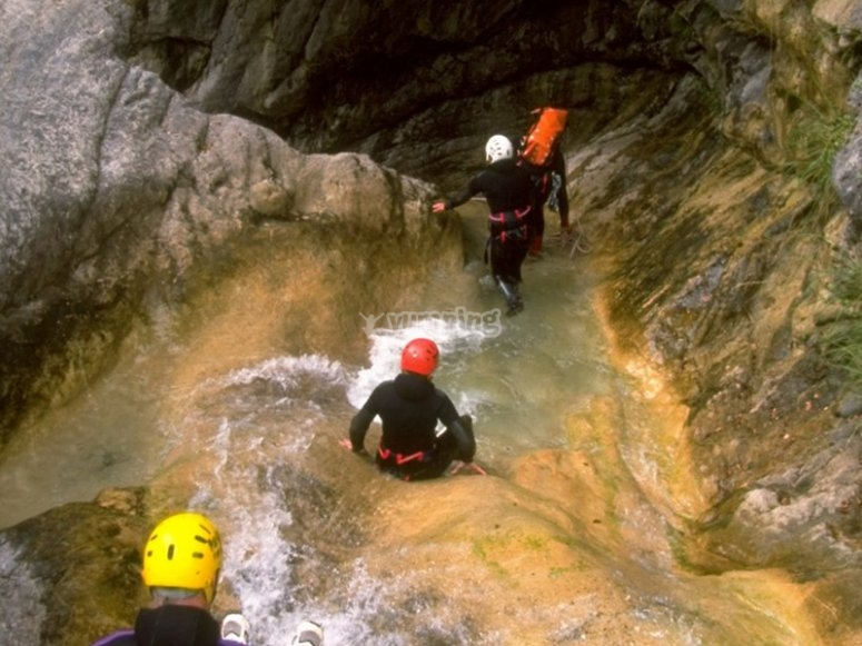 享受峡谷漂流的一天