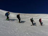 Cuatro esquiadores fuera de pista