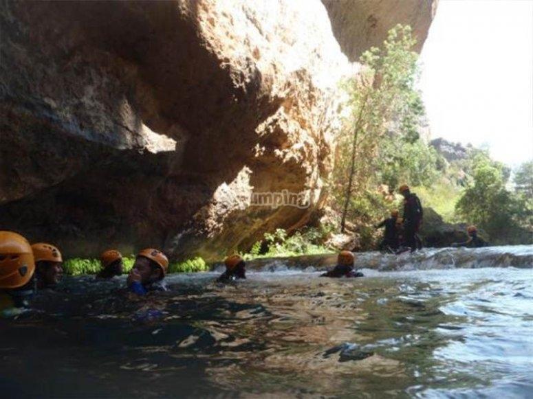 Disfrutando de un baño en el Barranco de Los Cortados de Villalba