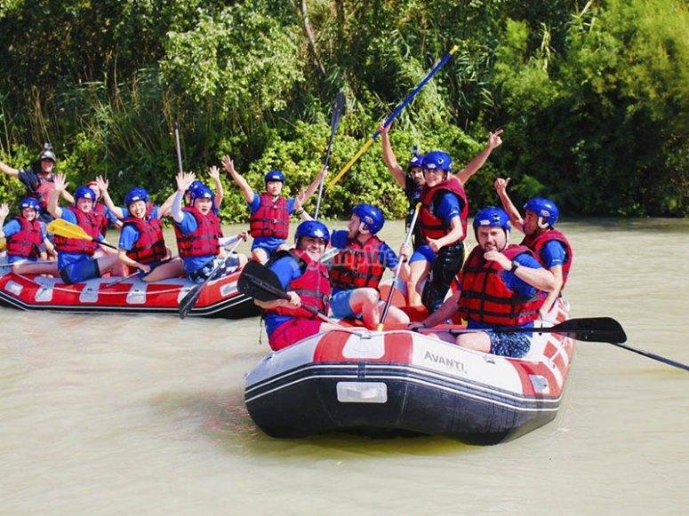 Amigos disfrutando del río Guadalfeo en rafting