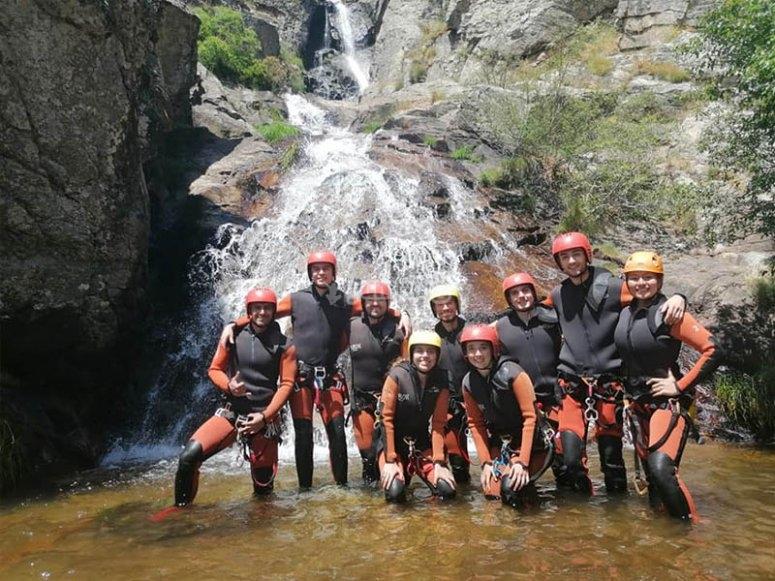 朋友享受峡谷之旅