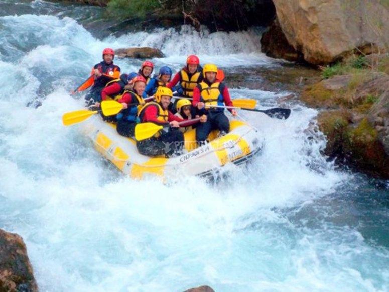 Disfrutando de las aguas bravas del río Ara