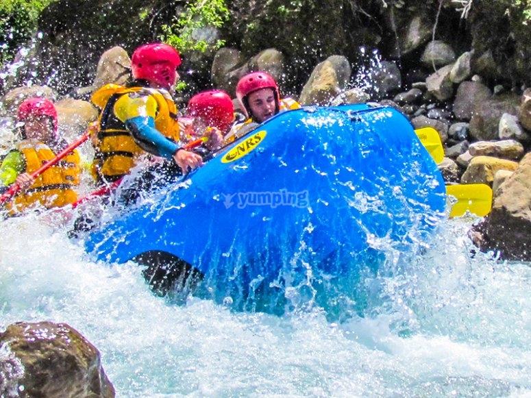 Rebotando contra el caudal del río Ara