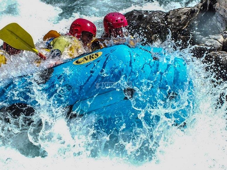 Teniendo un descenso de río haciendo rafting
