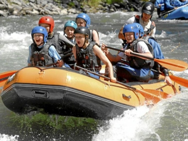 Niños disfrutando de un día de rafting