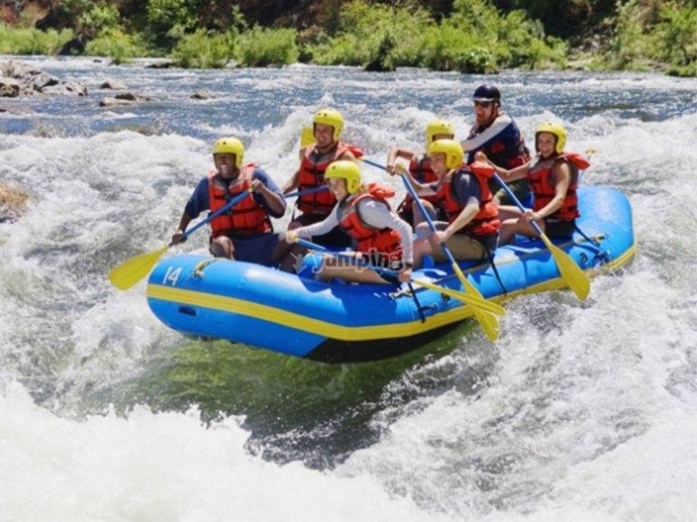 Atravesando rápidos en rafting