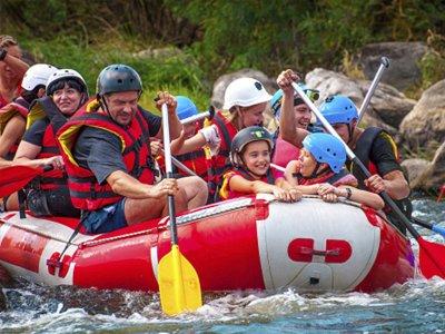 家庭在坎波(Campo)的埃塞拉(ESERA)河上漂流2小时