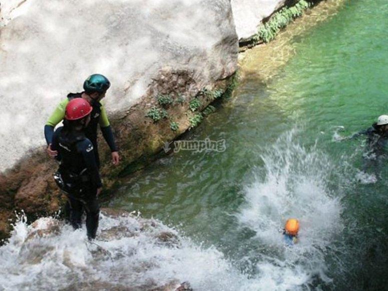 Saltando pequeñas cascadas