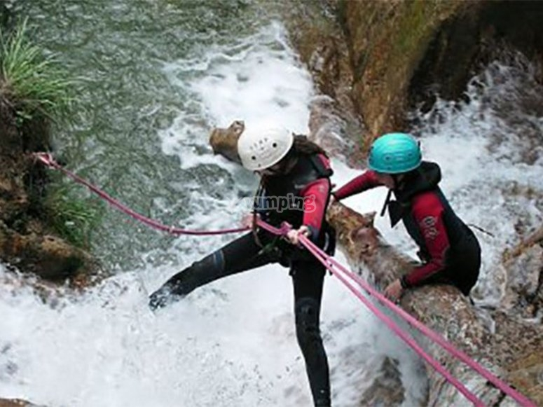 Descendiendo en rappel por las cascadas de los Cañones de la Cerrada del Utrero