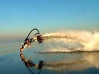 introduciendose en el agua mientras practica flyboard.jpg