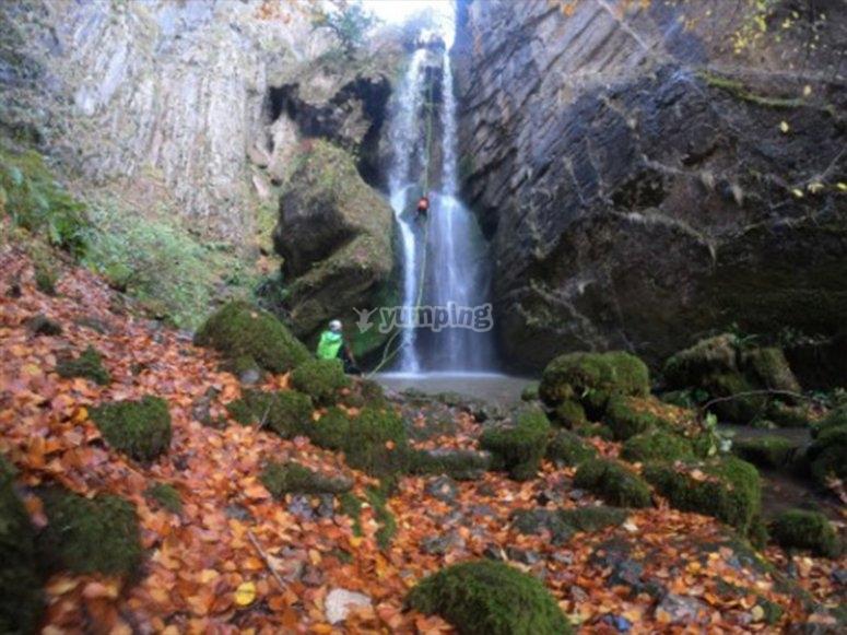 穿过瀑布下降