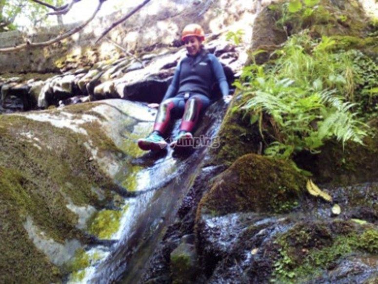 顺着自然滑梯滑落