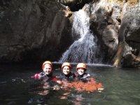 在天然泳池中游泳