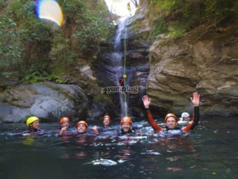 与朋友一起畅游峡谷