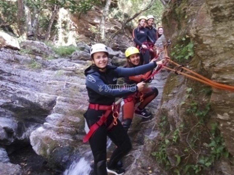 与朋友一起穿越峡谷