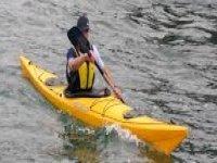 hombre remando en un kayak.jpg