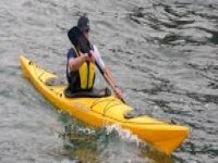 uomo che rema in un kayak.jpg