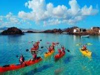 viaggio in kayak attraverso le acque cristalline. jpg