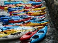 diversi kayak colorati sulla riva