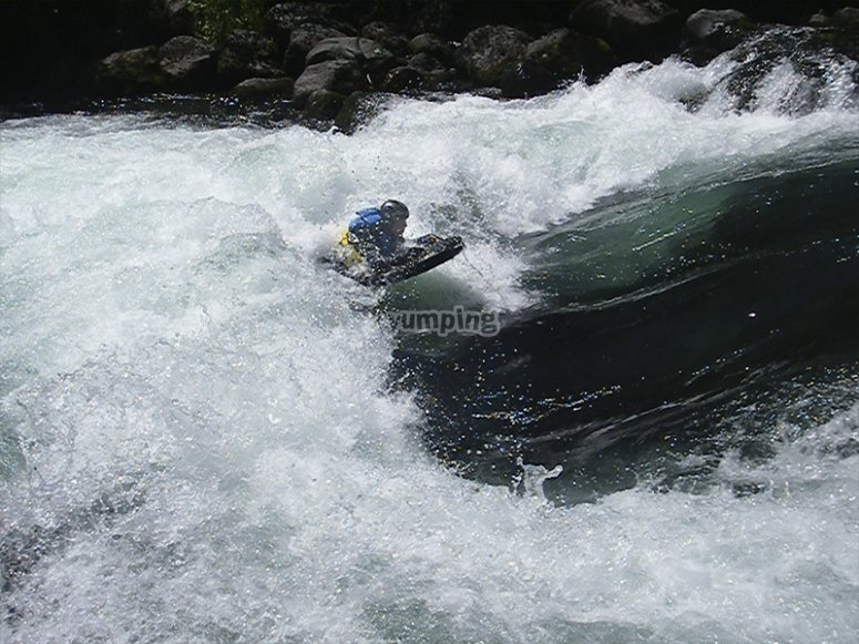 Crossing whitewater in hydrospeed