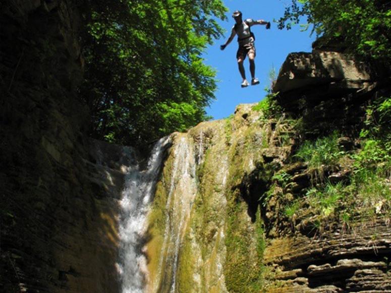 跳进游泳池做峡谷