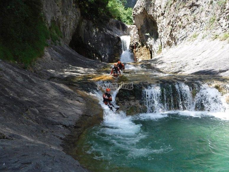 在Estarón山沟的自然滑坡上玩乐